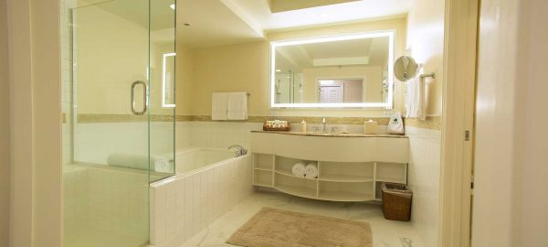 grand Wailea uest-modern-bath-room-tub-shower